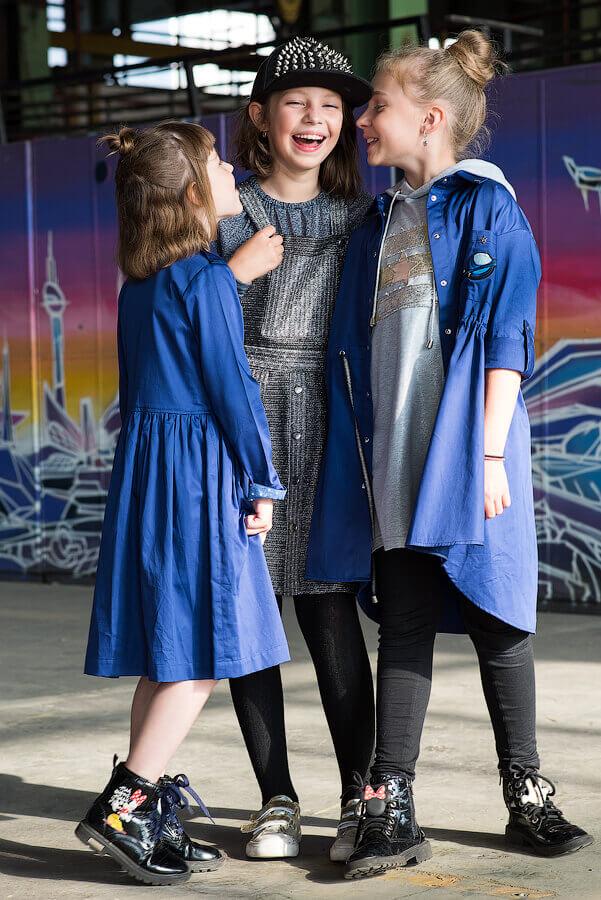 Серебристо-серый сарафан на кнопках с накладными карманами на девочку 2021 1