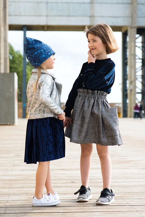 Серебристо-серая юбка с накладными карманами на девочку