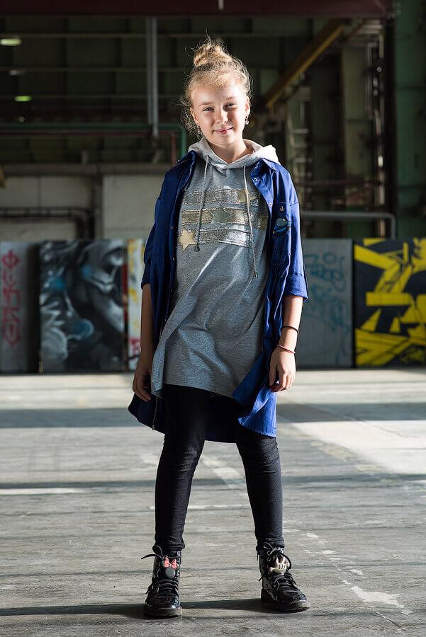 Рубашка-туника синяя с нашивками и кулиской на девочку