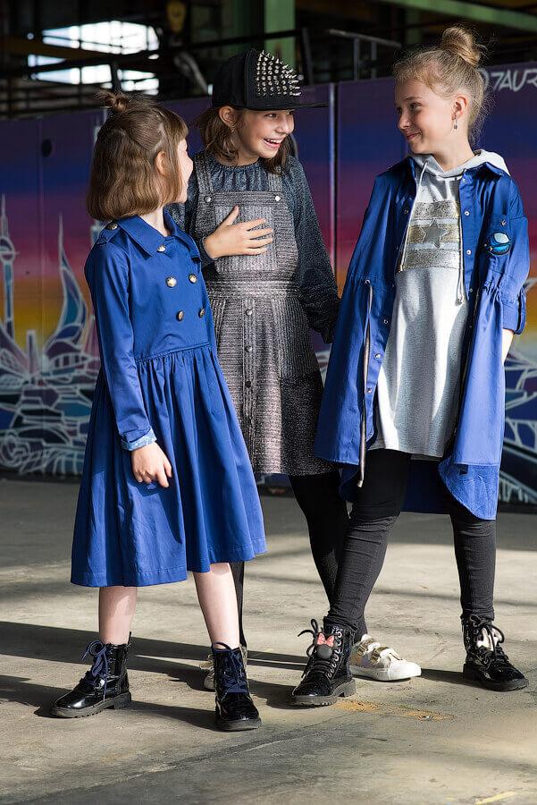 """Платье-туника на девочку серое с напылением с капюшоном и аппликацией """"Полосы и звезды"""""""