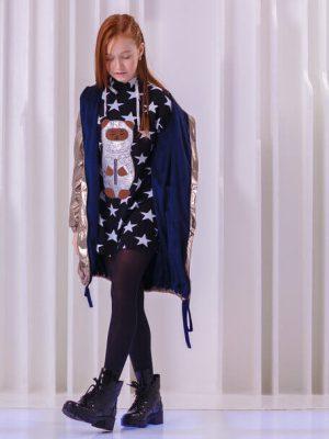"""Туника детская черная со звездами с капюшоном и аппликацией """"Тео космонавт"""" на девочку"""